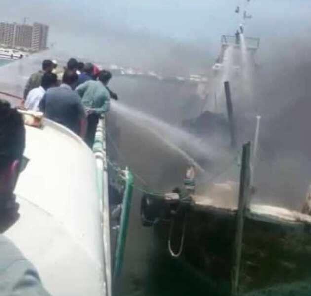 خبرنگاران آتش سوزی یک شناور در بندرگاه کیش